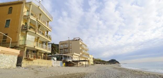 VARIGOTTI – bilocale con accesso diretto alla spiaggia